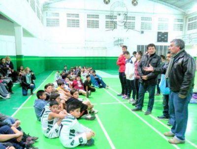 Senador entregó insumos deportivos a la Agrupación de Básquet infantil de SMATA