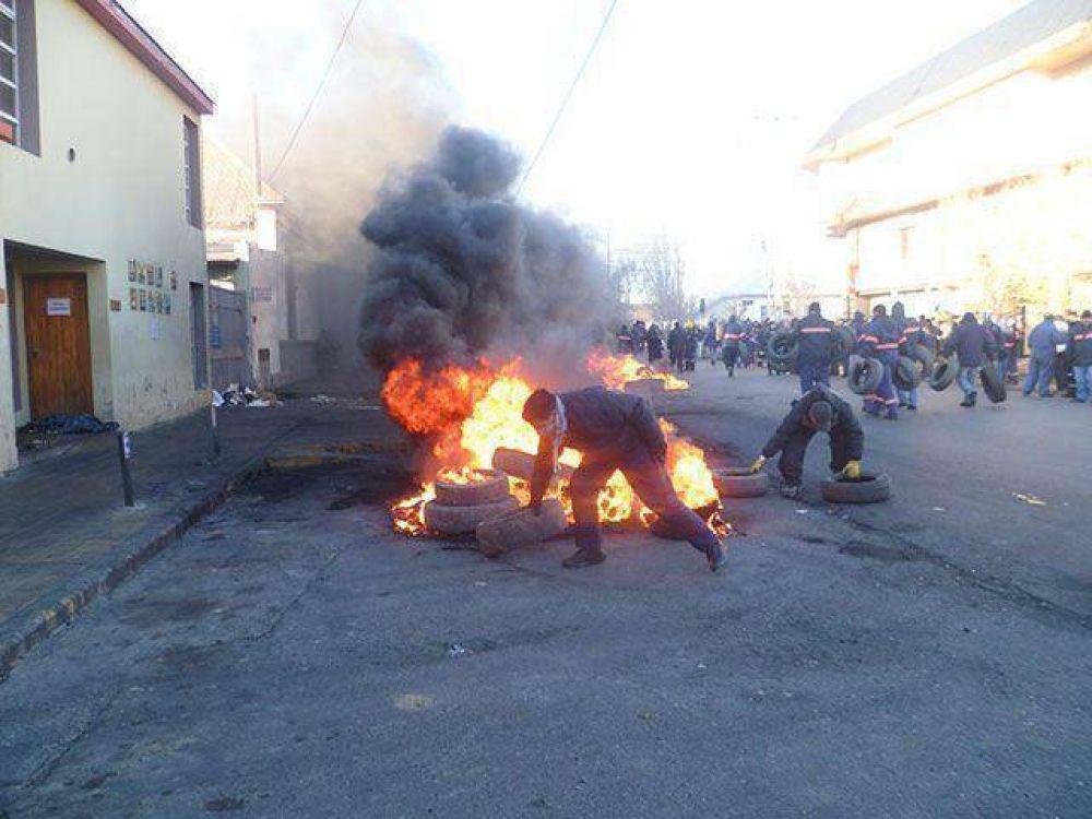 Fuerte quema de cubiertas que agrava el conflicto municipal