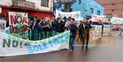 Alumnos de distintos colegios marcharon contra el �boletazo� en Ober�