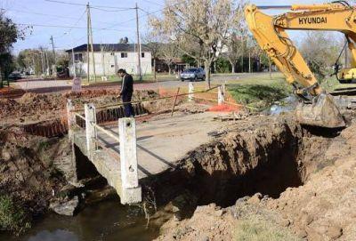 Construyen un puente sobre el arroyo Hoocke