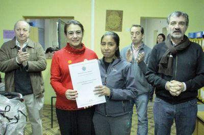 El Gobierno entregó 16 créditos de honor a vecinos de Esquel