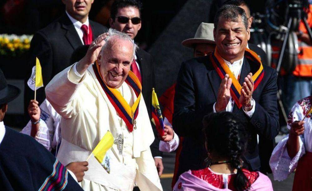 Francisco volvió a pisar América latina y le pidió a Correa