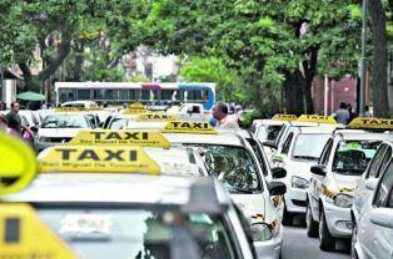 Choferes de taxi amenazan con no dejar que el Concejo sesione