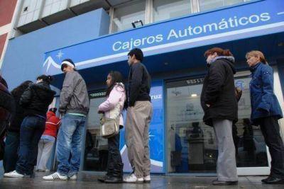 Ministro de Economía anunció que mañana cobran el sueldo los activos que no tengan responsabilidad jerárquica