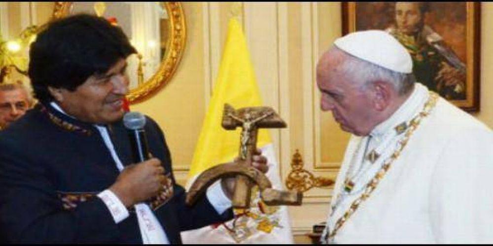 Evo Morales regala al Papa un crucifijo con la hoz y el martillo