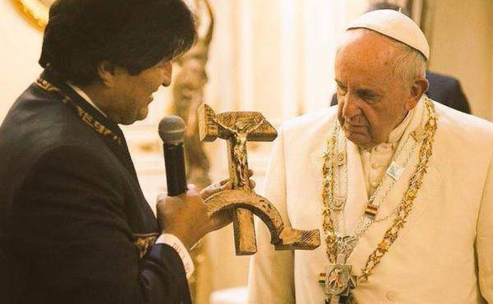 El extraño crucifijo que Evo le regaló al Papa