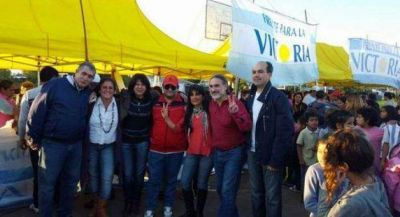 Candidatos a diputados nacionales del FPV con vecinos del 7 de Mayo