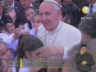 Niños salen al abrazo del Papa e incomodan a Cartes