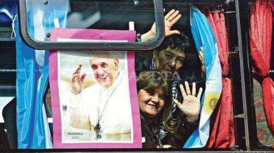 Con banderas y rosarios partieron a ver a Francisco