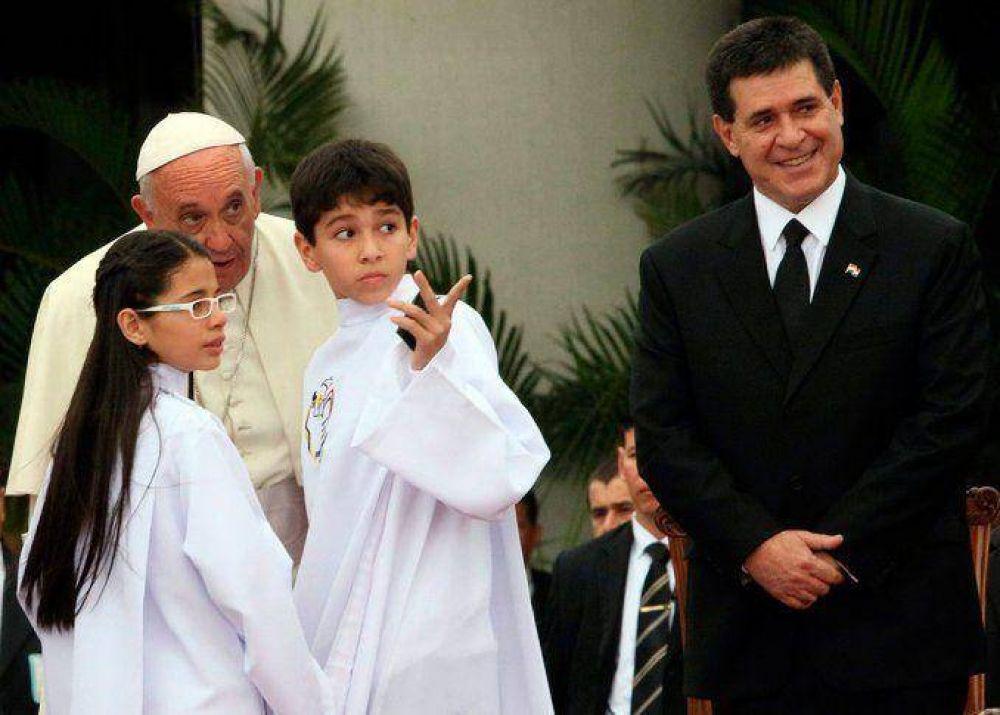 Conocé la emotiva historia del nene que no camina ni habla y fue bendecido por el Papa