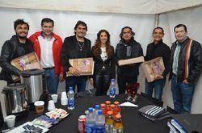 La Gobernadora entregó ponchos santiagueños a Los Nocheros