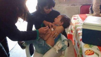 Profesionales vacunaron a vecinos contra la gripe