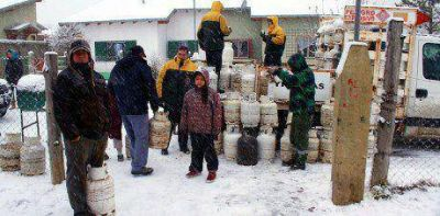 El Gobierno entregó garrafas a vecinos de Bariloche