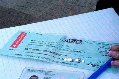 Intentó cobrar un cheque apócrifo de 50 mil pesos y quedó detenido