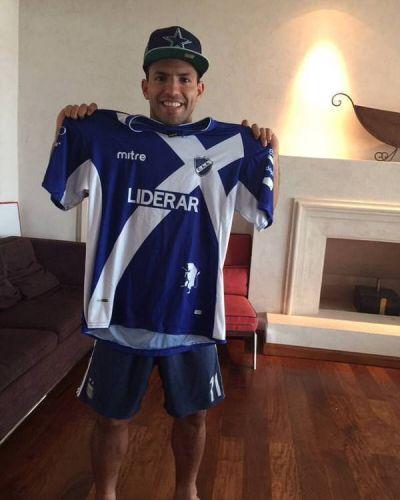 Agüero posó con la camiseta de Alvarado