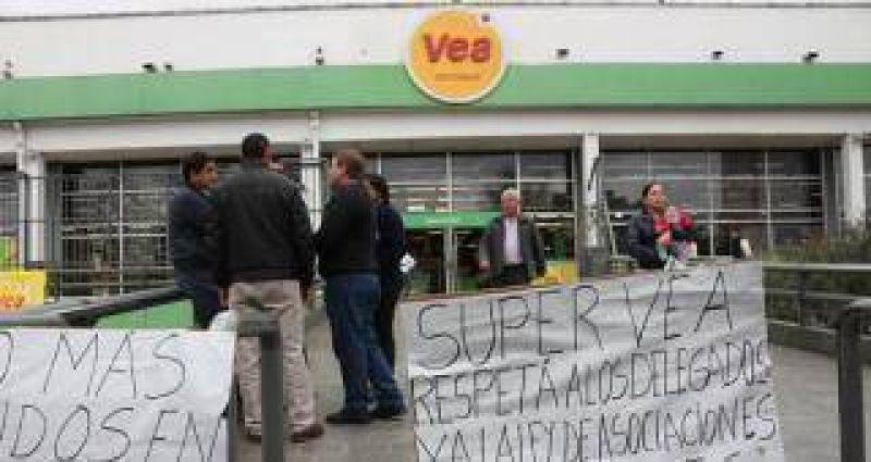Trabajadores realizan una protesta por despidos en el supermercado VEA