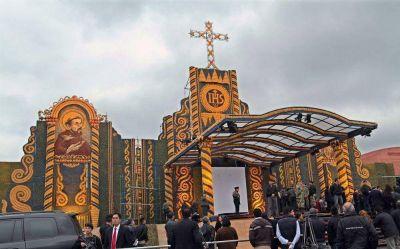 Papa le expresó a Koki Ruiz la emoción que sintió al ver el retablo