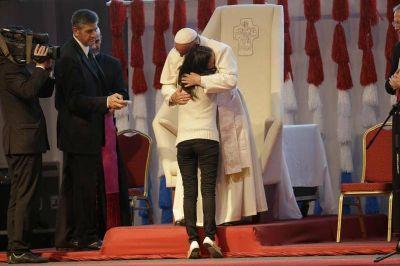 Una fe de pueblo y un Papa que «sigue a la Iglesia»