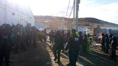 Están detenidos 3 delegados de AOMA y 7 operarios, por piquetes y reclamos, tras una denuncia de Minera Santa Cruz