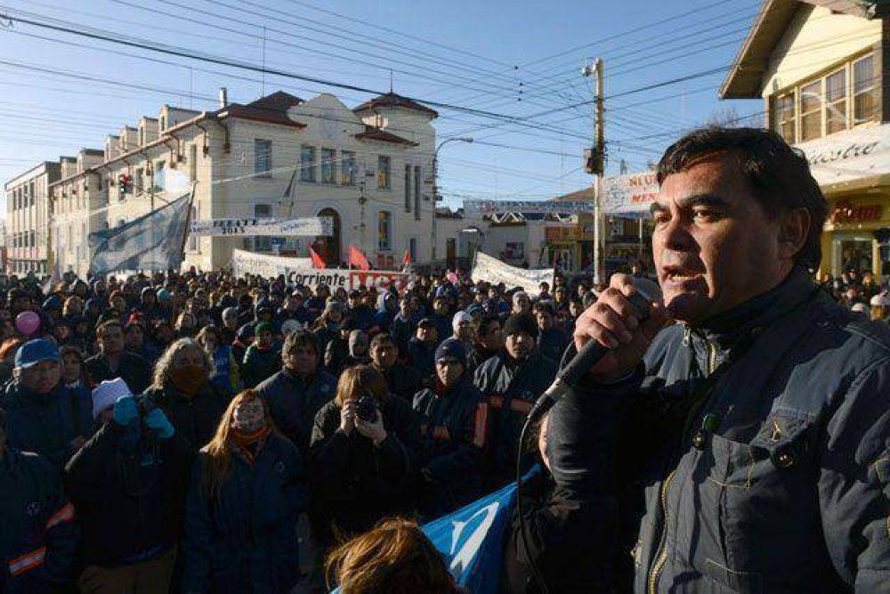Municipales de Río Gallegos siguen el paro, los de Caleta profundizan, les descuentan y les suspenden las vacaciones