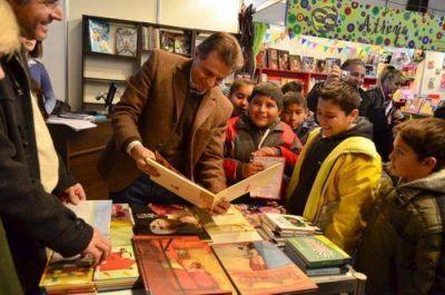 Pulti inauguró la 3ª Feria del Libro Infantil y Juvenil en la Plaza del Agua