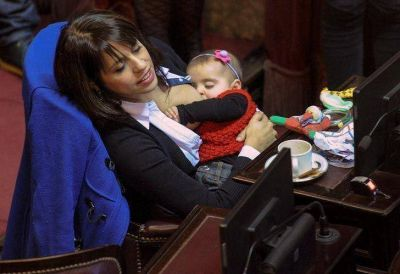 Madre full time | Vicky Donda amamanta a su hija en plena sesión