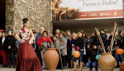 Desfile de prendas y objetos de diseño en el Poncho 2015