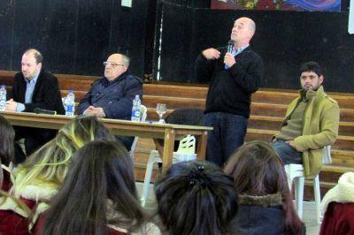 Carlos Arroyo y Alberto Rodríguez debatieron ante un centenar de estudiantes