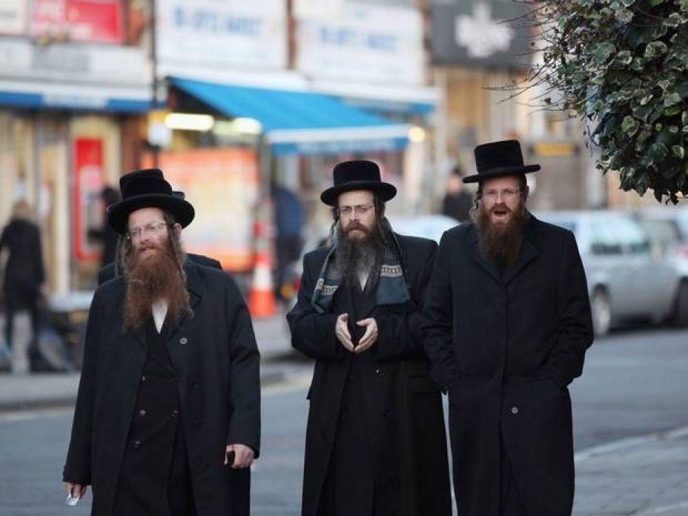 Constructor multado por insultar a un religioso ortodoxo