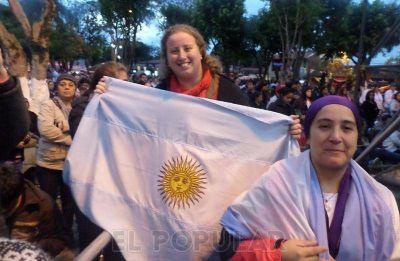 Una olavarriense mezclada entre la alegría y el respeto por la visita del Papa a Paraguay