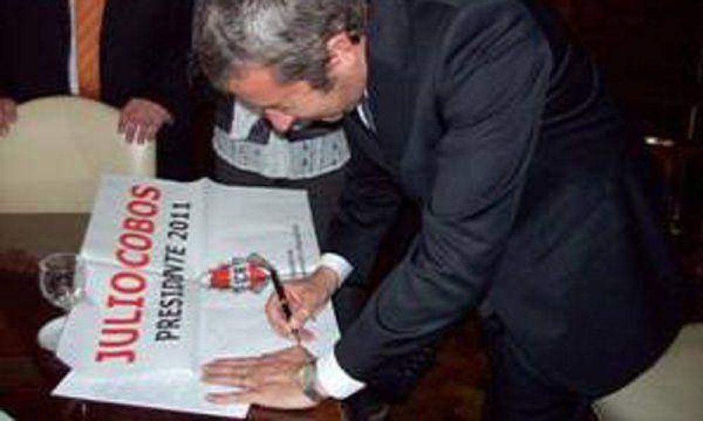Cobos firmó afiches que lo postulan como candidato a presidente