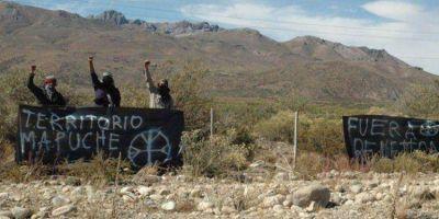 OTRA VEZ… Grupo mapuche cortó la Ruta 40 y dañó un patrullero