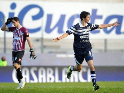 Lo perdió en el final: con un hombre menos, el Tomba cayó en La Plata
