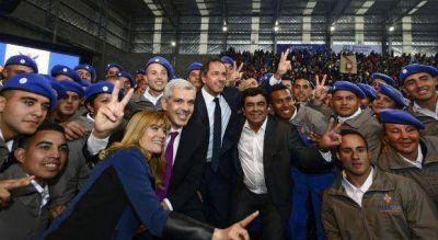 Guiños entre Scioli y Julián Domínguez durante un acto de campaña en La Matanza