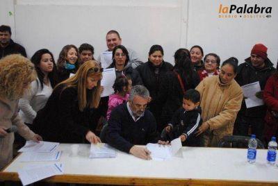 Curetti firmó compromisos con vecinos para la regularización del loteo Tapatá en Pradere