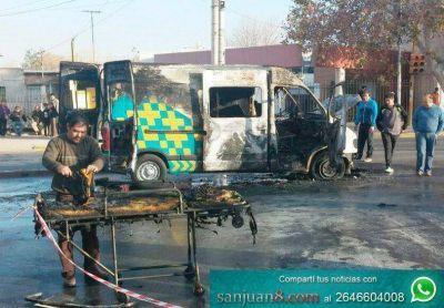 Impresionante: Una ambulancia se incendió en plena avenida Libertador