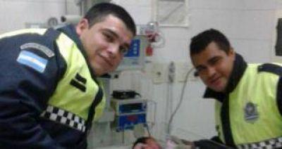 Dos policías ayudaron a nacer a un bebé en una precaria vivienda