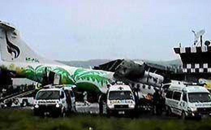 Otro accidente aéreo: en Tailandia chocó un avión tras el aterrizaje