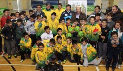 Juan Curuchet, acompañado por Jorge Paredi, entregó material deportivo a instituciones de Mar Chiquita