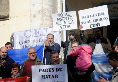 Distintas organizaciones se manifestaron frente al Iturraspe contra el aborto no punible