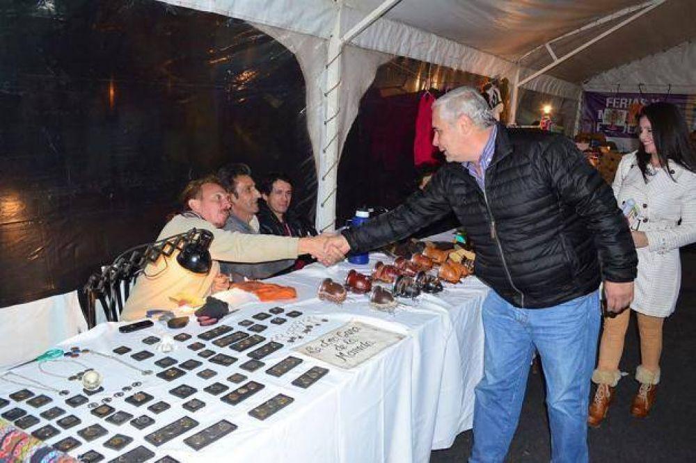 Artesanos y emprendedores comercializan sus productos en la Feria Popular del Libro
