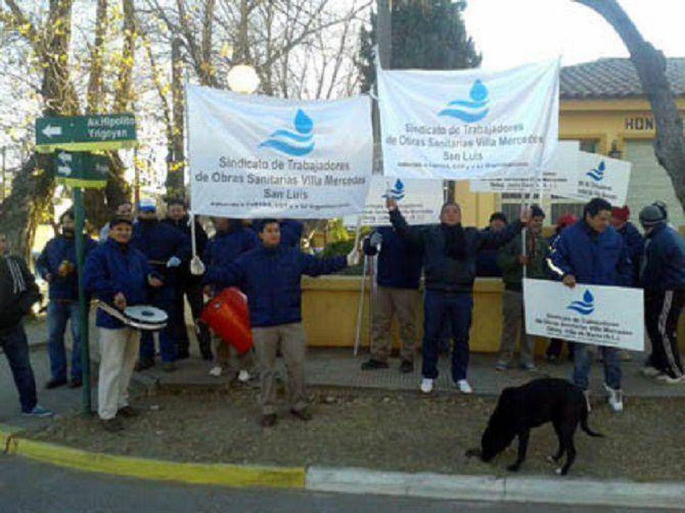 Empleados de Obras Sanitarias de Justo Daract en protesta por