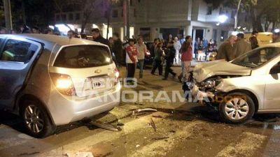 Violento choque de dos autos provocó un gran susto
