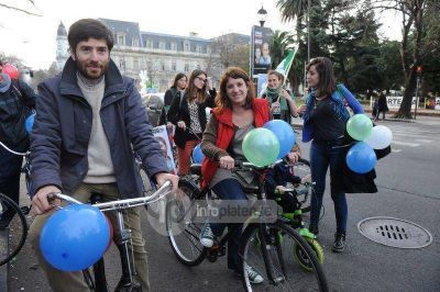 """Amoretti encabezó bicicleteada: """"Bruera es cómplice del negocio inmobiliario"""""""