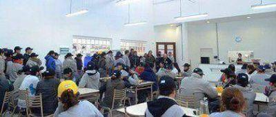 ARIEL NOTTA JUNTO A TRABAJADORES EN EL PARQUE INDUSTRIAL VILLA FLANDRIA