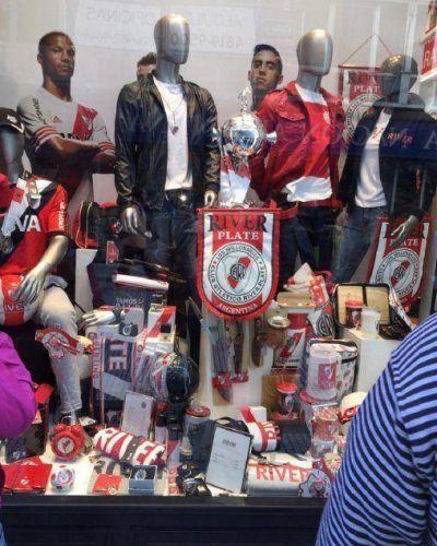 �Festejo anticipado? River ya expone la Libertadores en su local de ropa