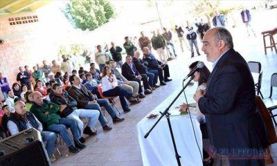 Al entregar un colectivo, Colombi anunci� que ampliar�n las instalaciones del colegio