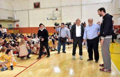 El gobernador Ricardo Colombi inaugur� el parquet en el Instituto San Mart�n de Goya