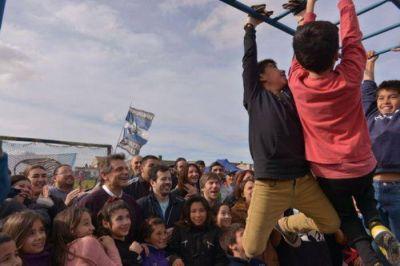 Militantes de la Corriente Peronista Descamisados y jóvenes de Acción Marplatense junto a los más bajitos