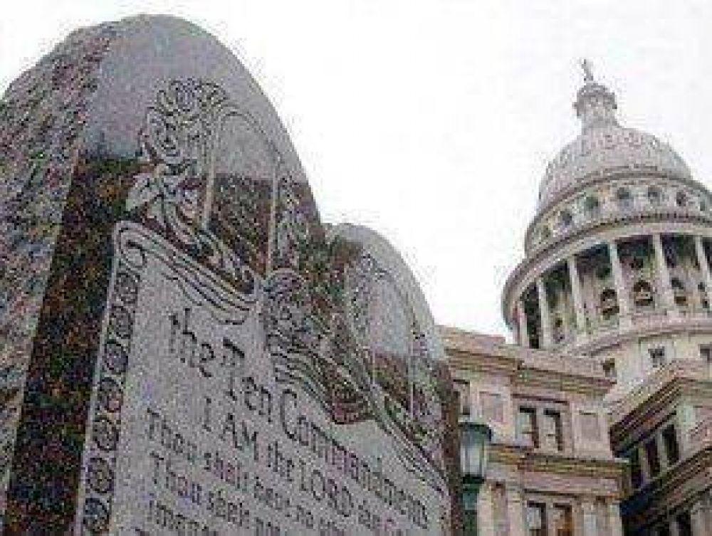 El Tribunal de Oklahoma ordena la retirada del monumento a los Diez Mandamientos